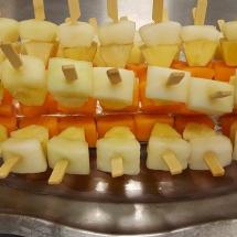 Zweierlei-Melone-Ananas Spiesschen